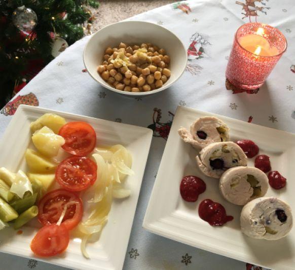 Menú completo: Ensalada de patata, puerro y tomate; Garbanzos con puerros y Solomillo relleno con salsa
