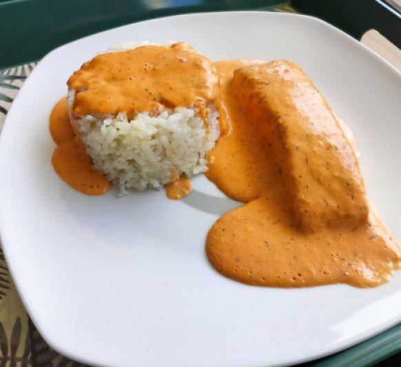 Salmón y arroz basmati con salsa crema de eneldo