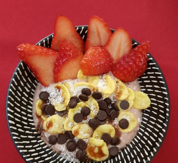 SMOOTHIE BOWL DE FRESAS, COCO Y CHOCOLATE