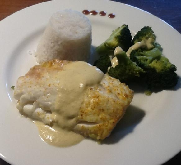 Merluza al curry con arroz y brócoli