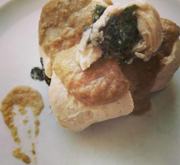Pechugas rellenas de espinacas y queso con salsa de champiñones